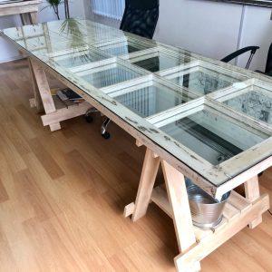 Mesa confeccionada con puerta y espejos con caballetes
